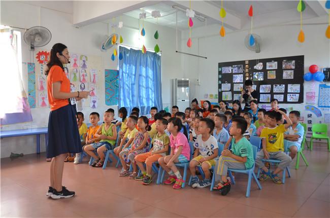 肇庆市图书馆少儿馆馆员君君姐姐为幼儿园小朋友讲演道德模范故事
