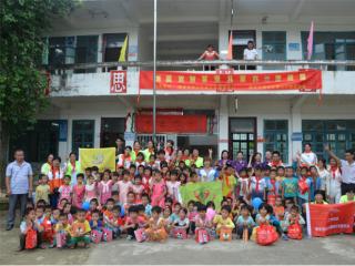 """肇庆市图书馆""""两学一做""""下基层——关爱留守儿童,送书进校园"""
